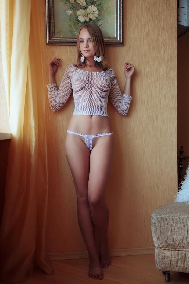 фото в свитере без трусиков