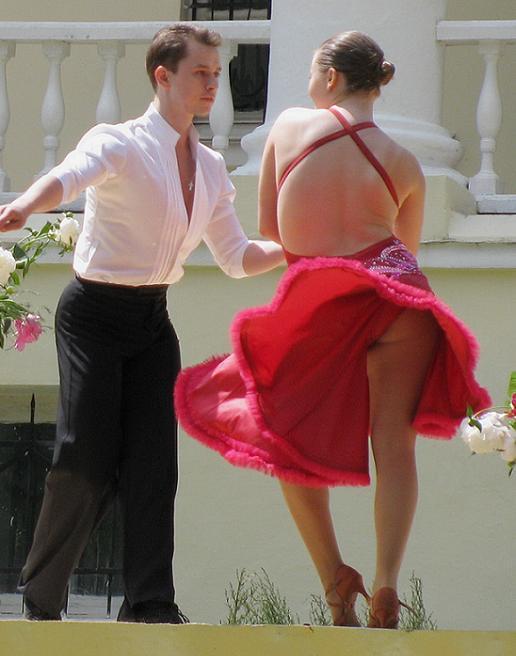 представь юбка в танце задирается все