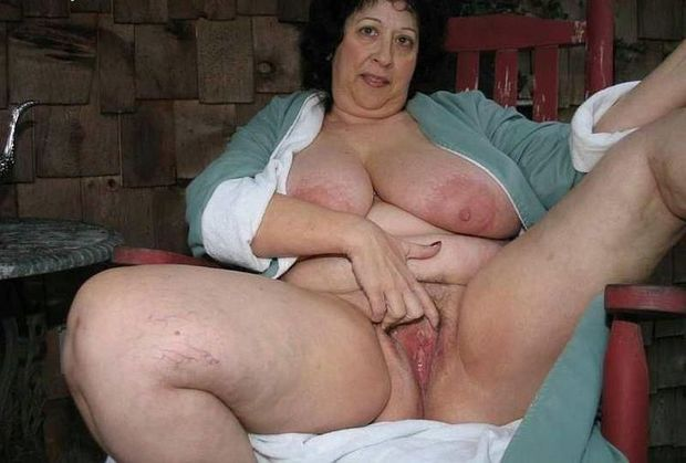 Horny Mature Mom Masturbating Her Wet Pussy: Free